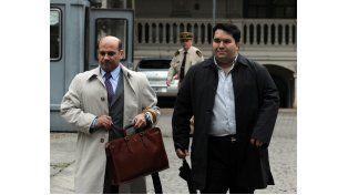 El juez Carlos Vera Barros (izquierda) leyó en su despacho la transcripción de las escuchas. (Foto: S. Toriggino)