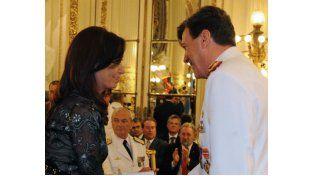Cristina y su jefe del Ejército. Ningún legislador K se atrevió a defender su designación tras la votación en el Senado.