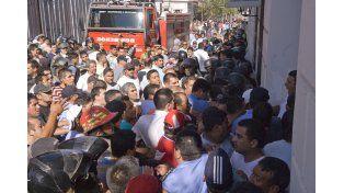 Policías de Catamarca bloquean el acceso a la Casa del Gobierno. Luego intervendría Gendarmería.