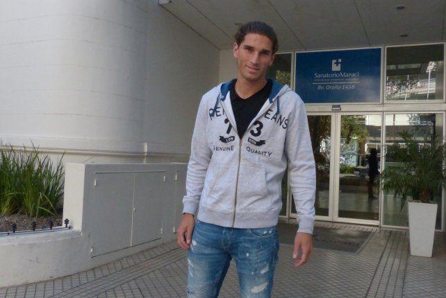 Dylan Gissi a la salida del sanatorio en el que se realizó la revisión médica.