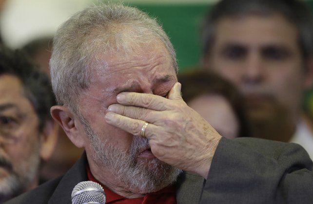 Llanto e indignación. El carismático líder del PT no pudo contener las lágrimas ante un grupo de seguidores.
