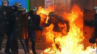 Criminal. Una molotov alcanza a un agente en París