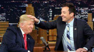 Jimmy Fallon despeina ante las cámaras al candidato republicano Donald Trump.