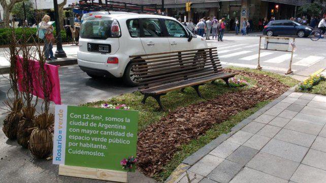 Rosario adhiere por cuarta vez al parking day y el Paseo del Siglo fue copado por flores y juegos