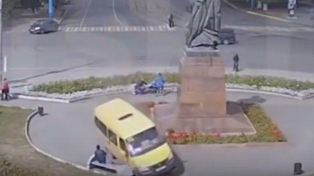 Se quedó sin frenos, cruzó una plaza y casi termina en tragedia