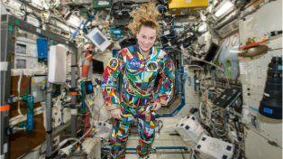 Una astronauta de la Nasa lucirá traje que pintaron niños enfermos de cáncer.