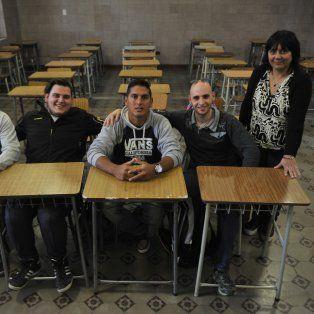 Por las aulas del San José. Ariel Brunelli (con las manos sobre la mesa) junto a compañeros de la Eempa y la vicedirectora Sandra García.
