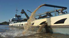 Areneros. En Victoria estiman que hay 50 barcos, de variada capacidad, operando diariamente desde puertos santafesinos.
