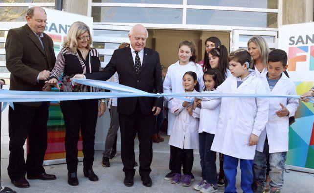 Corte de cintas. Unos 750 alumnos asisten a la escuela de calle Las Heras.