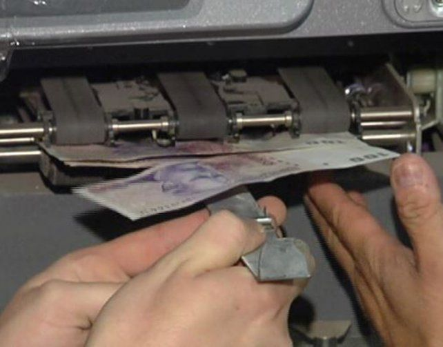 La hoja de metal traba la ranura por donde se expende el dinero. Eso usaban para concretar el ardid.