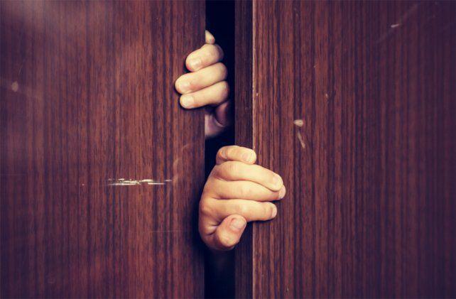 Una nena se escondió en un placard, llamó a la policía y evitó el robo de su casa