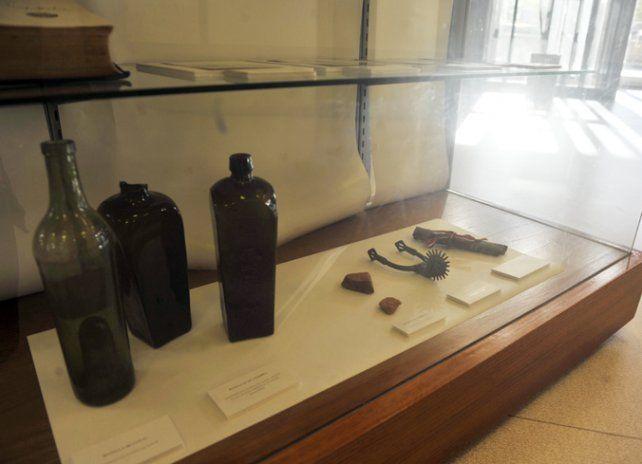 Objetos. Botellas de ginebra y espuelas utilizadas por las tropas.