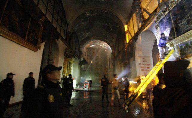 Penoso. Bomberos rescatan objetos sagrados del templo de Cusco.