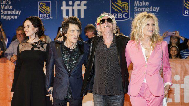 Los guitarristas estuvieron junto a sus esposas.