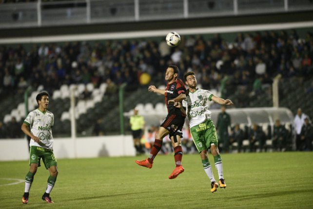 Maxi Rodríguez busca la pelota por el aire ante la marca de Francisco Dutari.