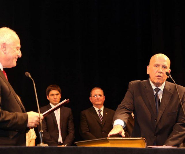 La asunción. Jacinto Speranza (derecha) se convirtió al jurar en el primer ministro de Medioambiente de Santa Fe.