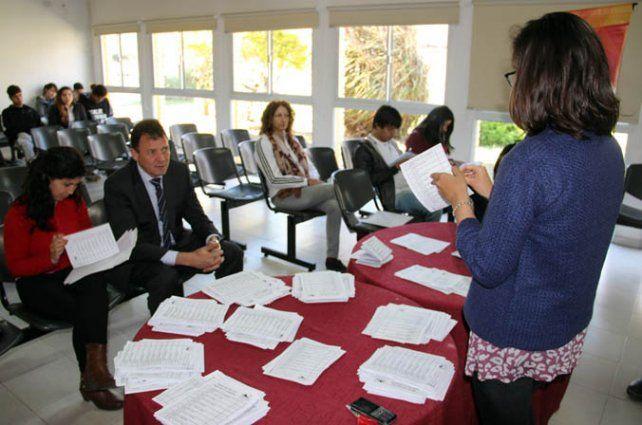 Escrutinio. El intendente Raimundo asistió al recuento de votos de los chicos.