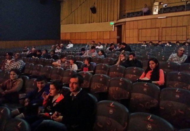 El estreno. El escaso público se dispersó en las butacas de la sala del Libertador. Después vinieron los elogios.