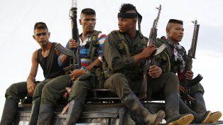 En plena selva. Un grupo de guerrilleros llega en un viejo camión a los Llanos del Yarí para la conferencia de paz