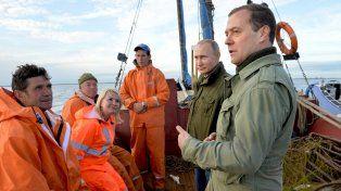 A votar. El premier Dmitry Medvedev y Putin visitan durante la campaña legislativa a un grupo de pescadores.