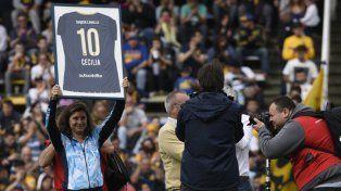 De diez. Cecilia Carranza recibió el homenaje ayer en el Gigante de Arroyito.