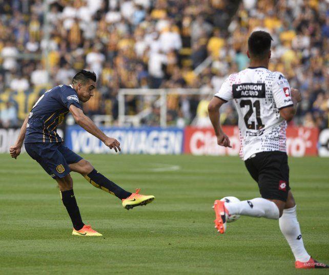 Tremendo zurdazo. El volante ofensivo debutó desde el inicio con la camiseta canalla y marcó un golazo.