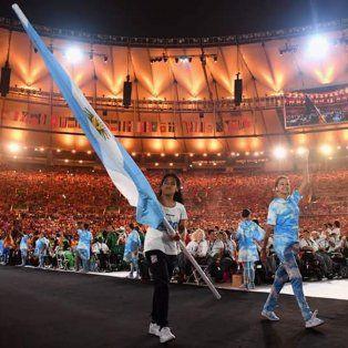 la rosarina yanina martinez porto la bandera argentina en el cierre de los juegos paralimpicos