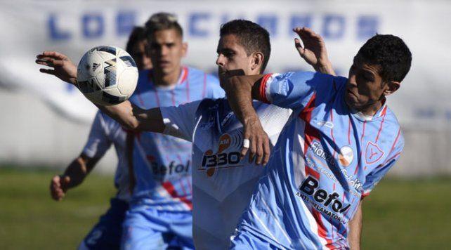 Mal jugado. Leandro Córdoba trata de llevarse el balón ante la marca de Sandoval.
