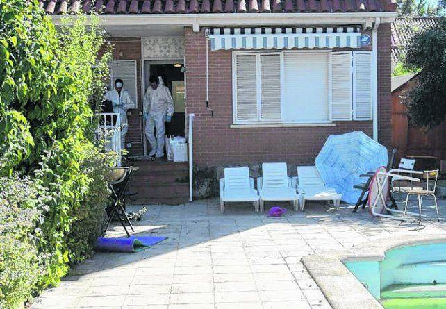 Pioz. Los cadáveres de los integrantes de la familia brasileña yacían en este chalé.