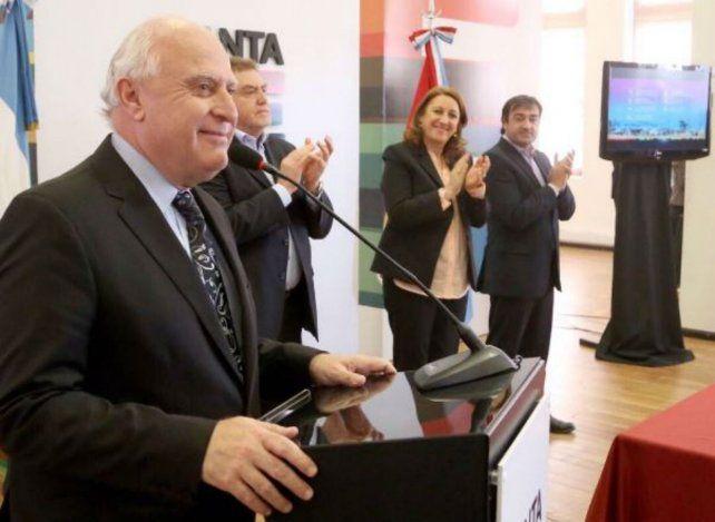 Hoy el gobernador Miguel Lifschitz junto a Mónica Fein y Diego Leone presentó el plan para construir 630 viviendas en Rosario.