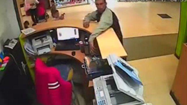 Usa el bebé de pantalla para robar en una tienda