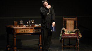 El hombre de las mil caras. Julio Chávez interpreta al travesti Charlotte y al autor gay Doug Wrigth en la obra.