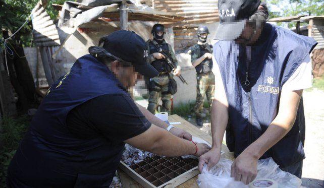Operativo. Personal de la Dirección General de Control de Adicciones en un operativo de narcotráfico. Ahora la pesquisa la harán los gendarmes.