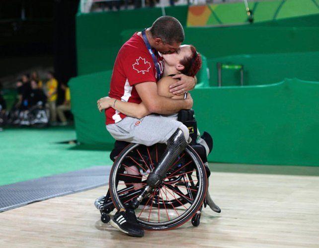 Juegos Paralímpicos: la historia detrás de la foto del beso que conmovió al mundo