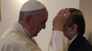 En Santa Marta. El Papa impartió bendiciones y hasta bromeó sobre fútbol con el ex jefe del Estado.