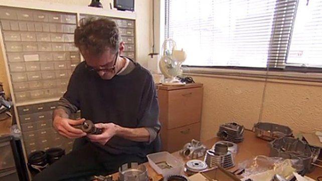 Graham Smith con los artilugios que le han servido para operarse a si mismo.
