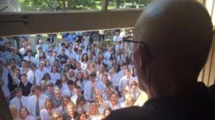 Ben Ellis observa desde la ventana a sus alumnos cantando.
