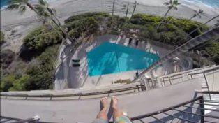 El youtuber se para en la terraza del hotel y desde allí se arroja a la piscina.