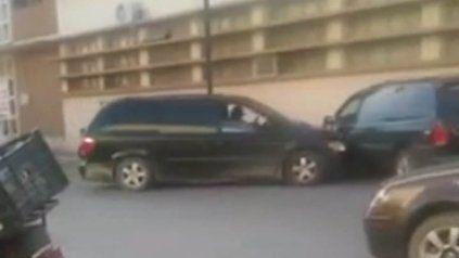 Encontró a su marido con otra y estrelló su auto contra la camioneta del infiel