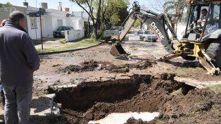 Calles anegadas en la zona sur de la ciudad por la rotura de un caño de suministro de agua
