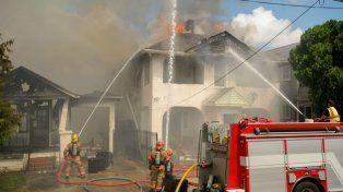 Los bomberos trabajaron para sofocar el incendio.