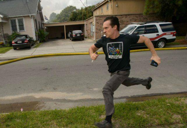 Gideon Hodge corre hacia su casa al ver que se está prendiendo fuego.