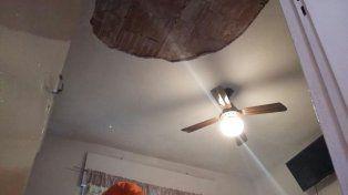 Cae la mampostería del techo de una casa en zona sur y le apuntan a las obras de repavimentación