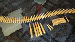 En los allanamientos se secuestraron armas y drogas.