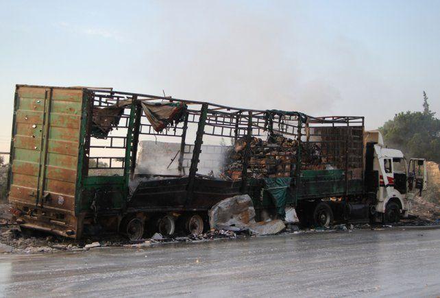 Destrucción. Uno de los 31 camiones de la ONU bombardeados por Siria o Rusia ayer en cercanías de Alepo.