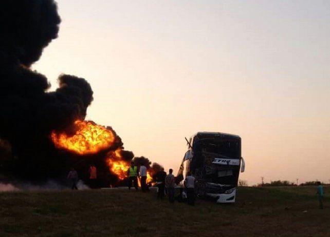 Dos muertos tras choque entre un camión cisterna y un colectivo en la ruta 34, en cercanías de Arrufó