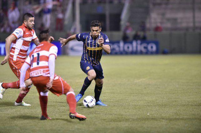 Teo Gutiérrez encara ante dos rivales de Morón.