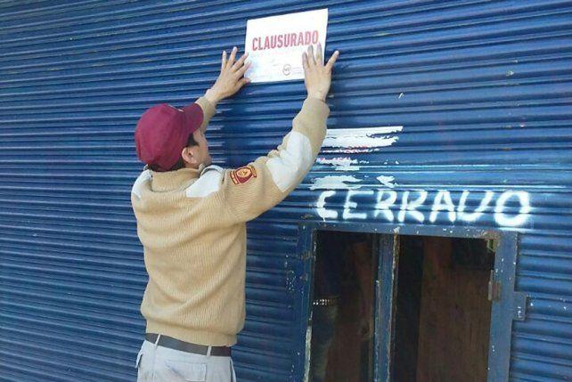 No va más. Un agente de la GUM coloca la faja de clausura en una de las remiserías truchas detectadas.