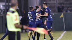 Montoya celebra su gol con Chacho y sus compañeros.