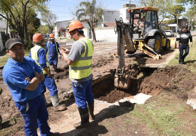 Reparación. El caño maestro de agua se rompió en la zona sur de Rosario.